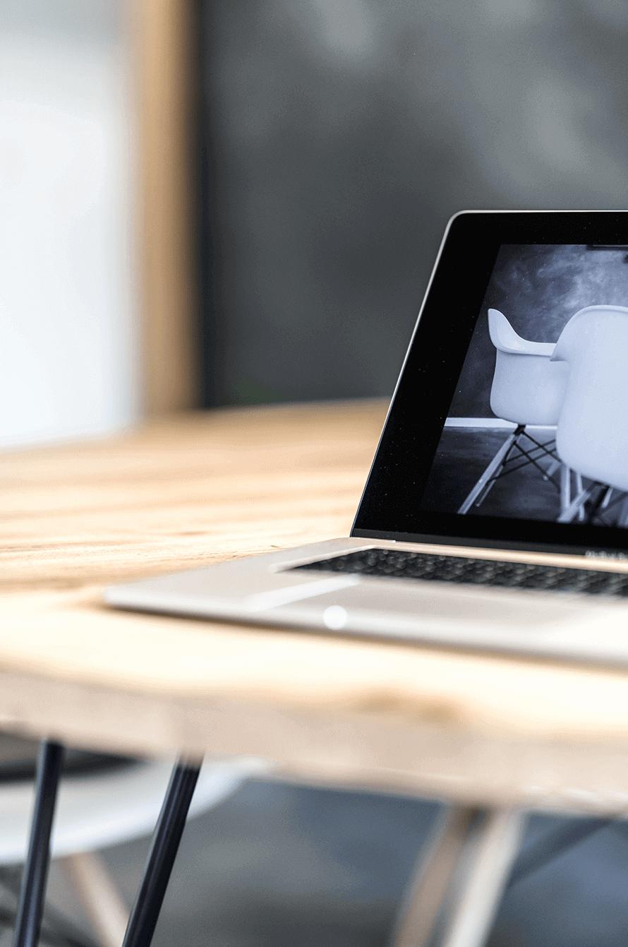 MacBook auf Konferenztisch
