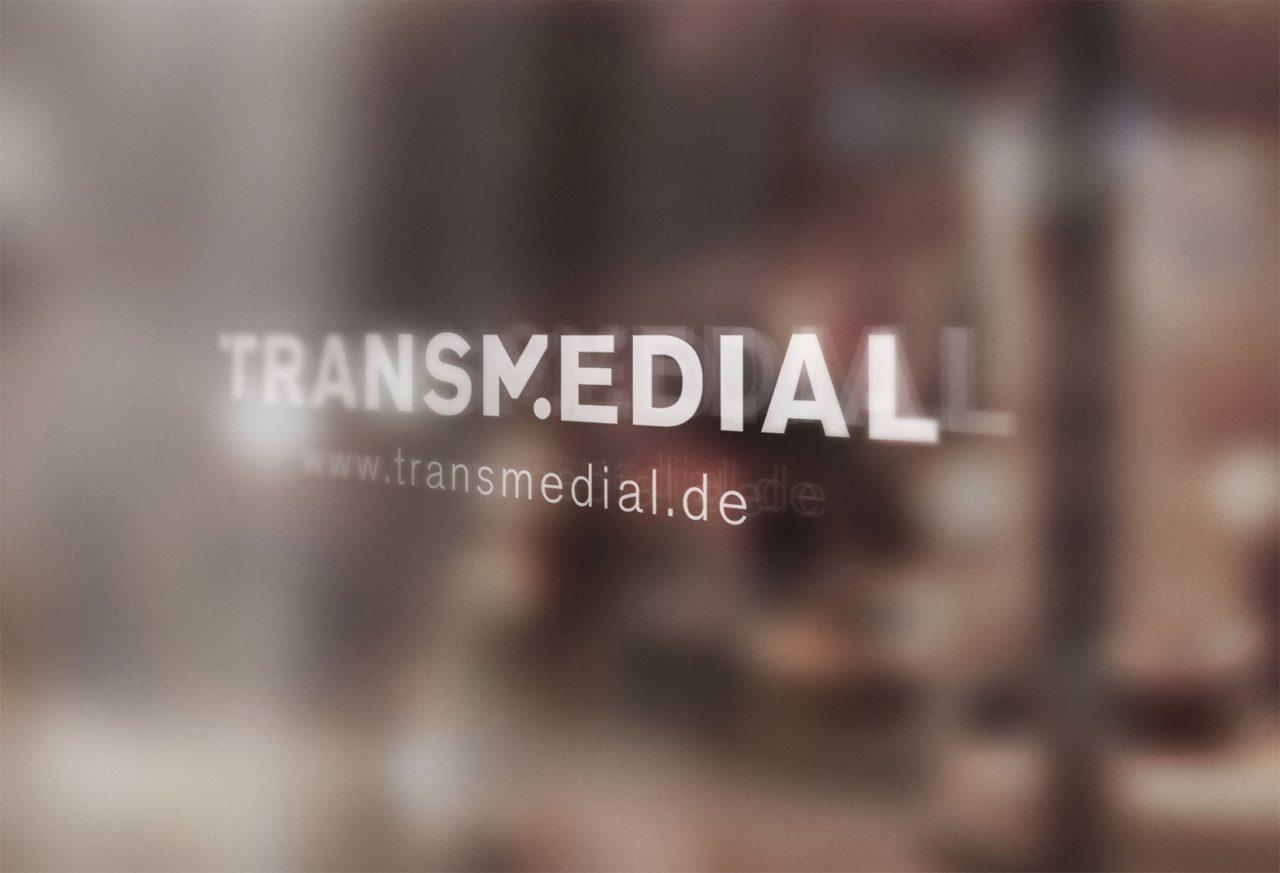TRANSMEDIAL Logo auf Fenster